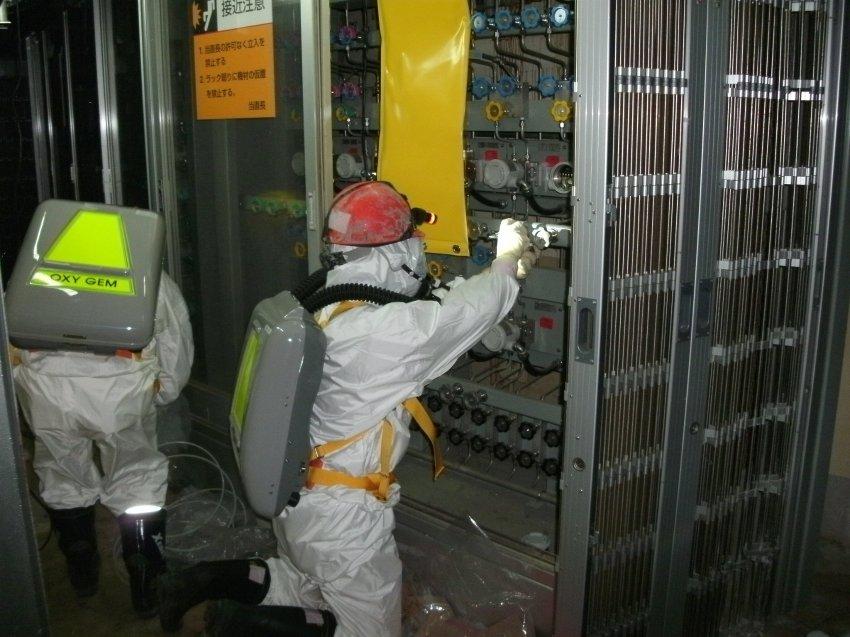 Arbeiter untersuchen den Wasserstand in einem Reaktor in Fukushima. Quelle: TEPCO